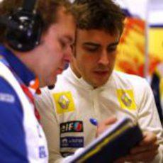 Fernando Alonso y su ingeniero