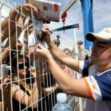 Fernando Alonso firmando en Mónaco