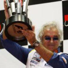 Briatore con el premio al equipo vencedor