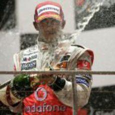 Hamilton celebra con champán