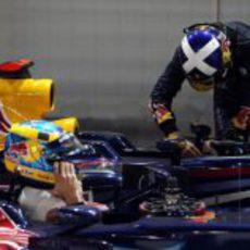 Coulthard baja del coche