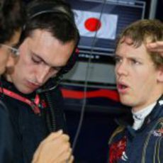 Vettel con sus ingenieros