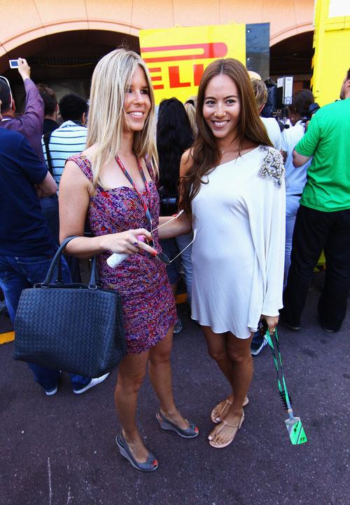Jessica Michibata relacionándose por el 'paddock' del GP de Mónaco 2011