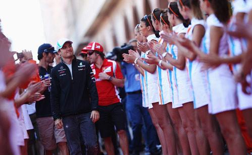 Las 'pitbabes' reciben a los pilotos en el GP de Mónaco 2011