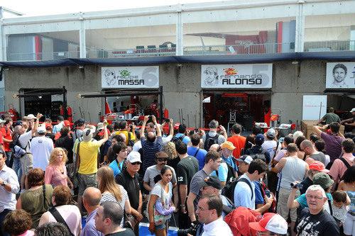 Los aficionados visitan los boxes de Ferrari en Canadá 2011