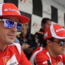 Alonso y Massa firman autógrafos para la afición en Canadá 2011