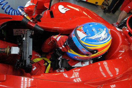 Fernando Alonso se ajusta su casco antes de salir a la pista de Montreal