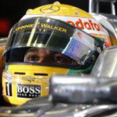 Lewis Hamilton mira la tabla de tiempos antes de saltar a la pista de Montreal