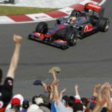 Hamilton saluda al público a su paso por la horquilla del Gilles Villeneuve