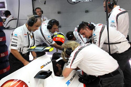 Los mecánicos de Sauber trabajan a destajo para preparar el coche de De la Rosa