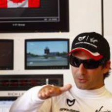 Glock gesticula dentro el box de Virgin en Canadá 2011