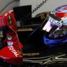 Petrov se ajusta los guantes para salir a pista en Canadá 2011