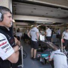 Nick Fry junto al garaje de Nico Rosberg en Canadá 2011