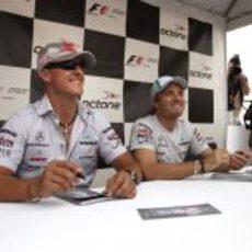 Schumacher y Rosberg firman autógrafos en Canadá 2011