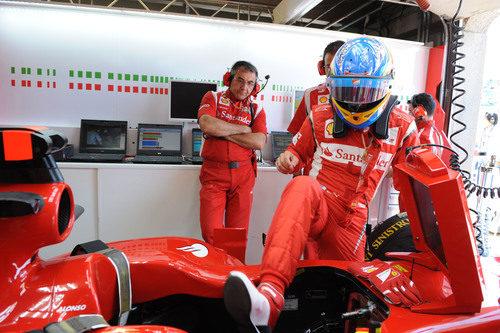 Fernando Alonso se sube al Ferrari para disputar la clasificación del GP de Canadá 2011