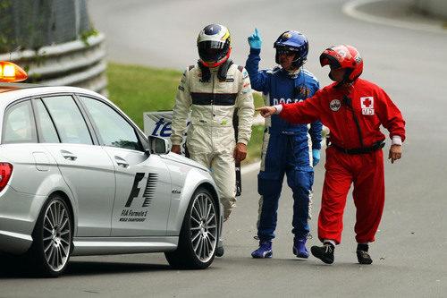 De la Rosa fuera del coche tras su accidente en los libres 3 del GP de Canadá 2011