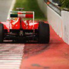 Fernando Alonso pasa muy cerca del muro en el GP de Canadá 2011