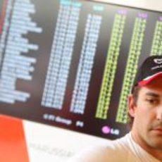 Timo Glock junto a la tabla de tiempos en Canadá 2011