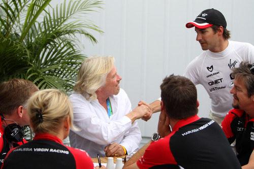 Timo Glock saluda a Richard Branson en Canadá 2011