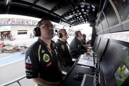 Eric Boullier observa a sus pilotos desde el muro en Canadá 2011