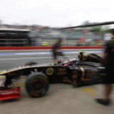 Petrov entra en boxes durante la clasificación del GP de Canadá 2011