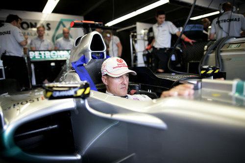 Schumacher dentro de su W02 en el box de Mercedes