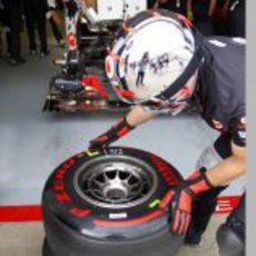 Neumáticos superblandos junto al box de Hamilton en Canadá 2011