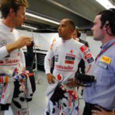 Button y Hamilton hablan con un técnico de Pirelli en Canadá 2011
