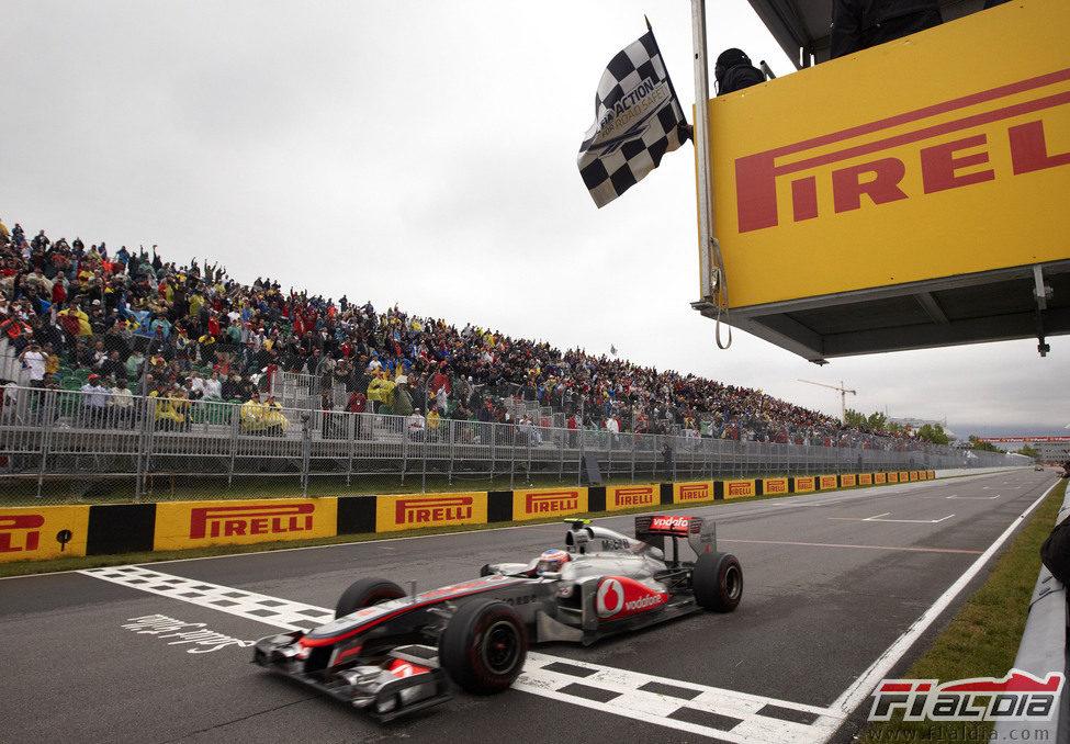 Jenson Button cruza primero la línea de meta en el GP de Canadá 2011