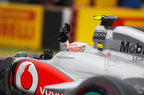 Button saluda al público tras su gran victoria en el GP de Canadá 2011
