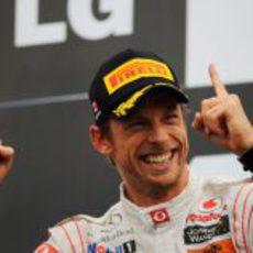 """Los """"deditos"""" de Button en el podio de Canadá 2011"""