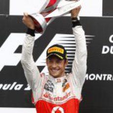 Jenson Button levanta su trofeo en el GP de Canadá 2011