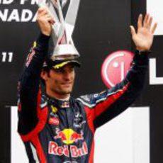 Webber levanta su trofeo de tercer clasificado en el GP de Canadá 2011