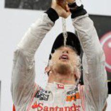 Button se ducha en champán en el podio de Canadá 2011