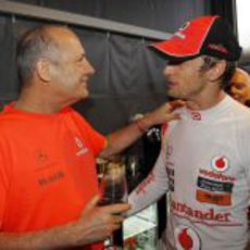Ron Dennis felicita a Jenson Button por su vitoria en el GP de Canadá 2011