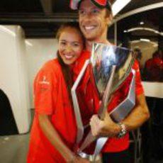 Jessica Michibata y Jenson Button con el trofeo del GP de Canadá 2011