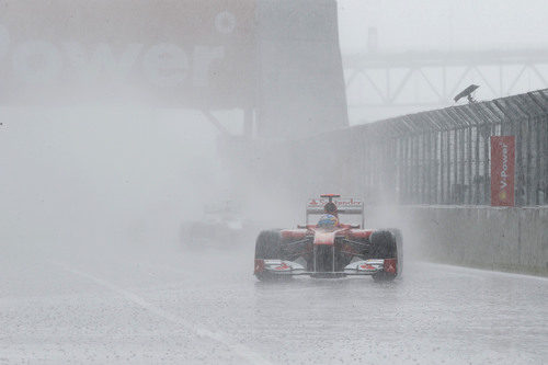 Fernando Alonso bajo la intensa lluvia de Canadá