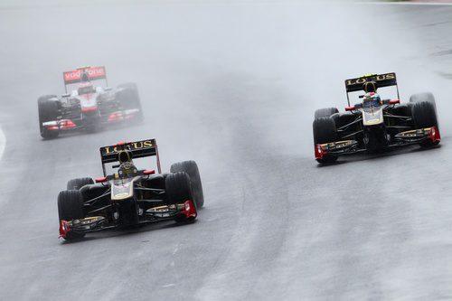 Los dos Lotus Renault ruedan juntos en la carrera de Canadá 2011