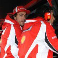 Alonso ve el resto de la carrera desde el muro de boxes