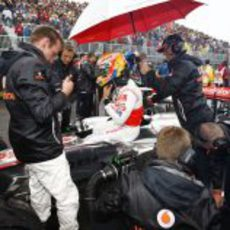Lewis Hamilton en la parrilla del GP de Canadá 2011, sentado fuera de su monoplaza