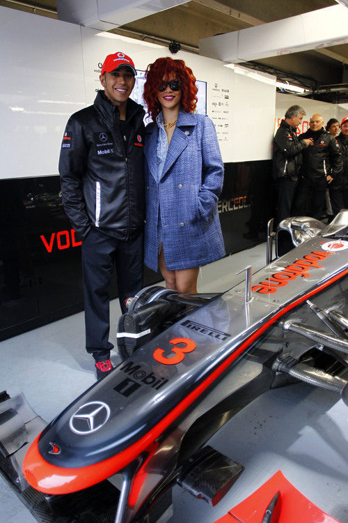 Rihanna y Lewis Hamilton en el box de McLaren
