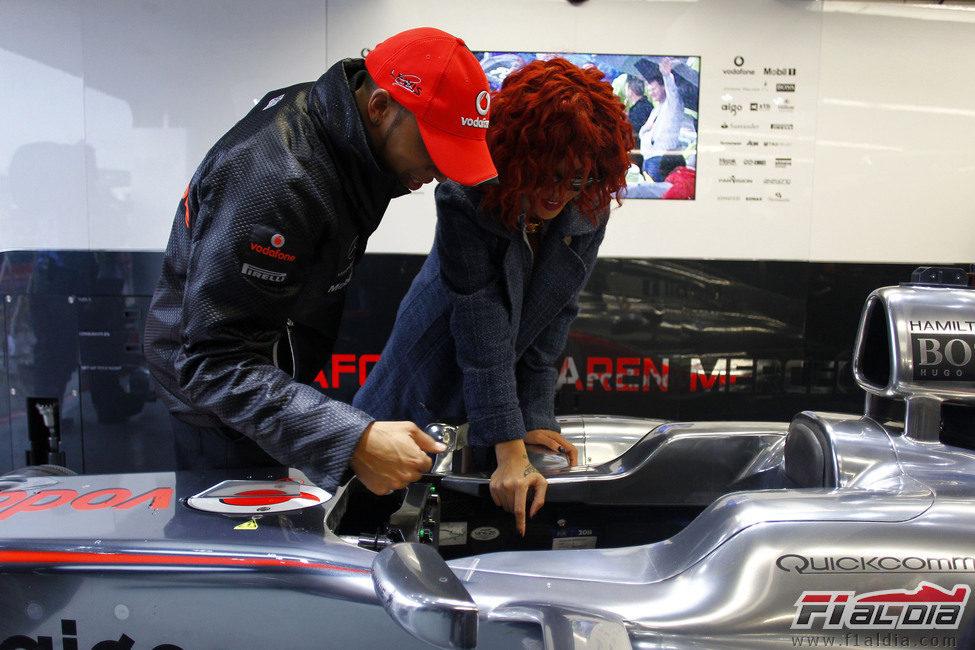 Hamilton le enseña su monoplaza a Rihanna en el GP de Canadá 2011