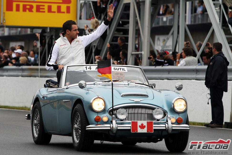 Adrian Sutil saluda al público del GP de Canadá 2011