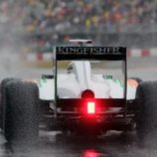 El Force India despeja el agua a su paso