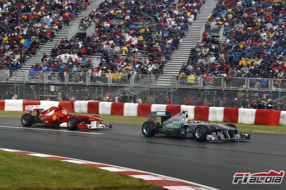 Nico Rosberg por delante de Fernando Alonso en Canadá 2011