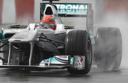 Michael Schumacher rozó el podio bajo la lluvia en Canadá 2011
