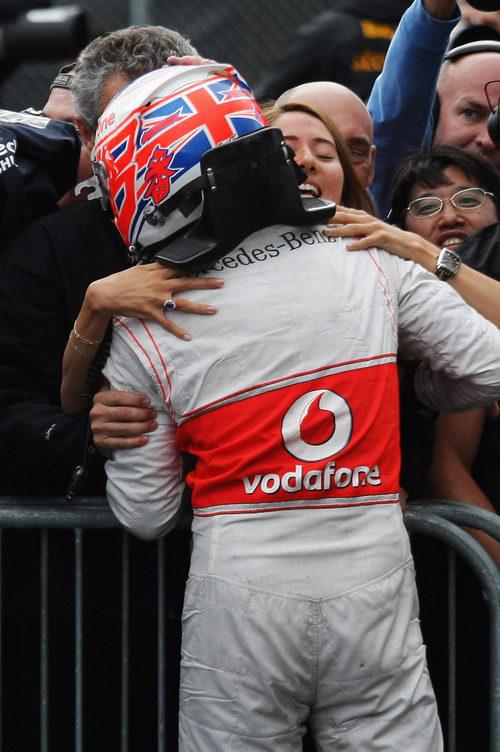 Button abraza a su novia tras su victoria en el GP de Canadá 2011