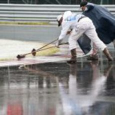 Los operarios retiran el agua del asfalto de Montreal