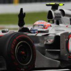 Button celebra su victoria en Canadá 2011