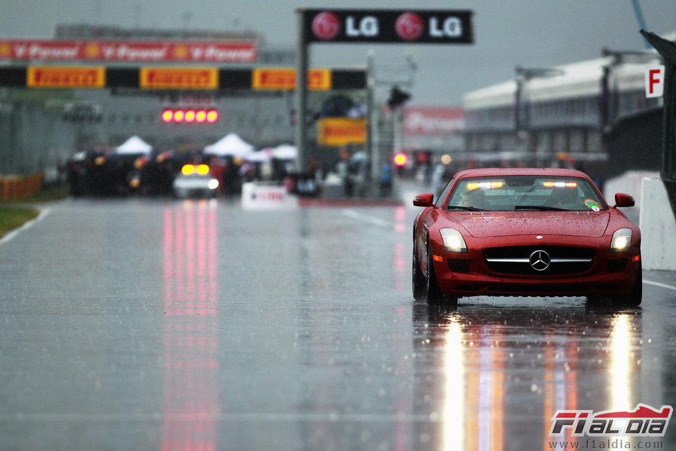 Otro Mercedes-Benz SLS AMG sobre el asfalto mojado de Canadá 2011